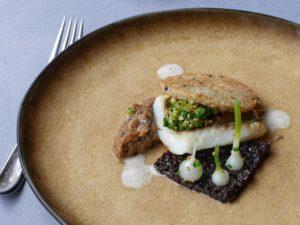 Filet de barbue / compotée d'échalotes au vin rouge / focaccia / marmelade de champignons