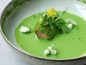 Le veau des près auvergnats / gaspacho de petits pois à la menthe / chapelure verte
