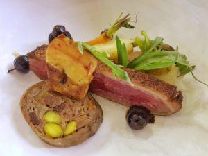 L'oie bio fermière, foie gras poêlé, jus de truffes et légumes oubliés