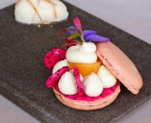 Macaron fruits du dragon, pamplemousse et citron vert. Sorbet jasmin et galanga