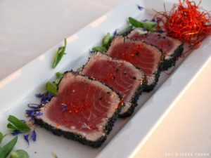 Tataki de thon, sésame, sauce soja, wasabi